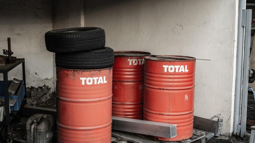 Ölfässer Altöl Tankstelle